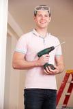 Man som ut bär hemförbättringar royaltyfria foton