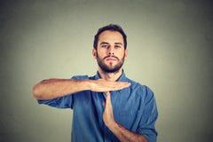 Man som ut ger gest för händer för visningtid arkivbilder