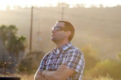 Man som ut ser på solnedgången Arkivbilder