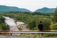 Man som ut stirrar till kullarna fotografering för bildbyråer
