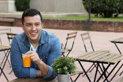 Man som utanför tycker om en trevlig drink Royaltyfria Foton