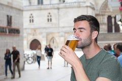 Man som utanför tycker om en trevlig drink Royaltyfri Fotografi