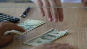 Man som utbyter ryssrubel för dollar i banken, marknad för utländsk valuta arkivfilmer