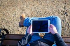 Man som utomhus använder minnestavladatoren Royaltyfri Bild
