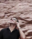 Man som utomhus använder den smarta telefonen Royaltyfri Foto
