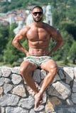Man som utomhus böjer muskler i sommar Tid Royaltyfri Fotografi