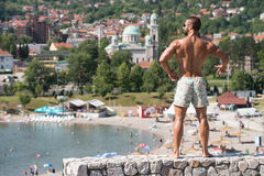 Man som utomhus böjer muskler i sommar Tid Royaltyfria Foton