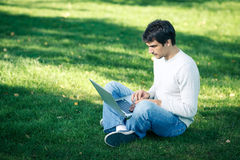 Man som utomhus fungerar med bärbar dator arkivbilder
