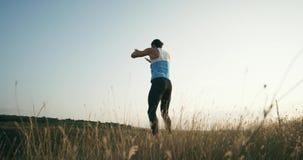 Man som utomhus gör genomkörare för burpeesövningskondition långsam rörelse lager videofilmer