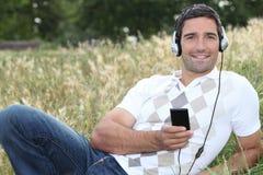 Man som utomhus lyssnar till musik Royaltyfri Bild