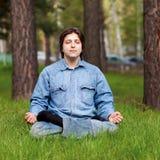 man som utomhus mediterar barn Arkivbild
