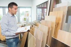 Man som väljer wood paneler i lager Royaltyfri Fotografi