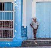 Man som väntar i den Vinales Kuban Arkivfoton