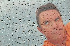 Man som väntar impatiently på regn för att stoppa royaltyfria foton