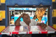 Man som väntar på hans köp på ett bås på den Colombo marknaden Royaltyfri Fotografi