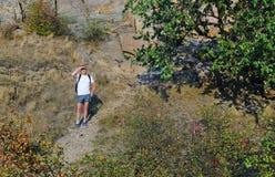 Man som vandrar ut på en bergbana arkivbild