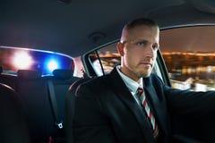 Man som över jagas och dras av polisen Arkivfoton