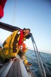 Man som vever en vinsch på yachten i havet Royaltyfria Foton