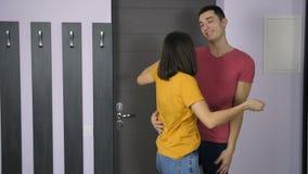 Man som visar den nya lägenheten till hans flickvän arkivfilmer
