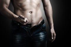Man som visar hans muskulösa kropp arkivfoton