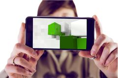 Man som visar hans skärm av smartphonen Arkivfoton