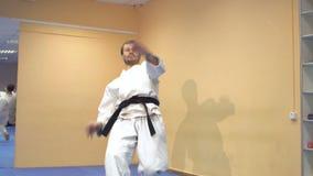 Man som visar kampsporttekniker arkivfilmer