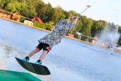 Man som wakeboarding på sjön Fotografering för Bildbyråer