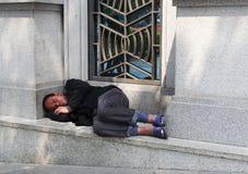 Man sovande på gatan Royaltyfri Fotografi