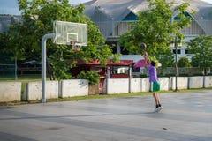 Man spelad basket Arkivfoto