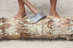 Man splitting wood with an ax Royalty Free Stock Photos