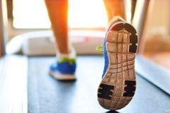 Man spring i en idrottshall på ett trampkvarnbegrepp för att öva, kondition och sund livsstil Royaltyfri Bild