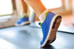 Man spring i en idrottshall på ett trampkvarnbegrepp för att öva, kondition och sund livsstil Fotografering för Bildbyråer
