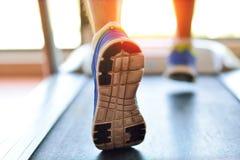 Man spring i en idrottshall på ett trampkvarnbegrepp för att öva, kondition och sund livsstil Arkivfoton