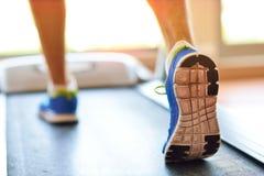 Man spring i en idrottshall på ett trampkvarnbegrepp för att öva, kondition och sund livsstil Arkivfoto