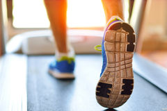 Man spring i en idrottshall på ett trampkvarnbegrepp för att öva, kondition och sund livsstil Arkivbilder
