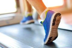 Man spring i en idrottshall på ett trampkvarnbegrepp för att öva, kondition och sund livsstil Royaltyfria Bilder
