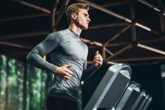 Man spring i en idrottshall på en trampkvarn royaltyfri foto