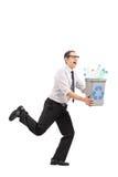 Man spring med ett återanvändningsfack i hans händer Royaltyfri Foto