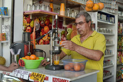 Man squeezes and sells fresh juice Royalty Free Stock Photography