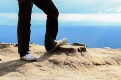 Man ställningen på bergmaximumet vaggar och överträffar bergsikten Arkivbild
