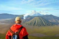 Man staget på den bästa near vulkan Bromo i Indonesien fotografering för bildbyråer