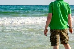 Man Standind med reflex som h?ngs p? halsen p? bakgrund f?r suddighetshavvatten Destin strand, Florida royaltyfri fotografi
