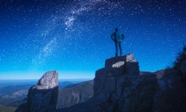 Man standing on a edge against night sky Royalty Free Stock Photography