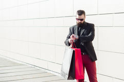 Man standing in front of a shopping mall, looking at the clock a Royalty Free Stock Images