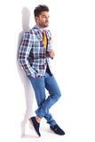 Man standing with legs crossed and hand in pocket Royalty Free Stock Photos