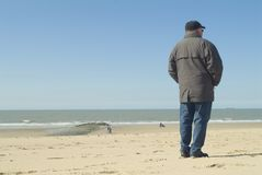 Man standing at the seaside Royalty Free Stock Photos