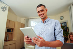 Man standing with tablet computer Royalty Free Stock Photography