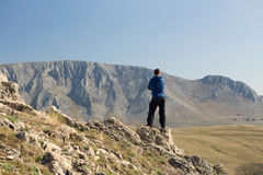Man standing on top of mountain Stock Photography