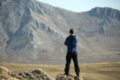 Man standing on top of mountain Royalty Free Stock Images