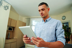 Man standing and using tablet computer Royalty Free Stock Photography